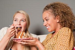 Friends eating cakeの写真素材 [FYI03483791]