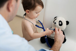 Little boy and doctor using stethoscopeの写真素材 [FYI03483926]