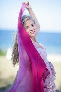 Woman wrapped in scarf outdoorsの写真素材 [FYI03484426]