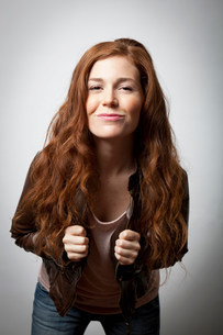 Smiling woman wearing jacketの写真素材 [FYI03484481]