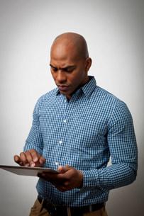 Businessman using tablet computerの写真素材 [FYI03484574]