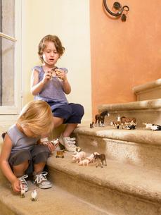 Little girls with plastic animals.の写真素材 [FYI03484876]