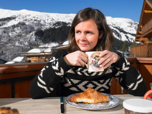 Young woman having breakfast on terraceの写真素材 [FYI03485378]