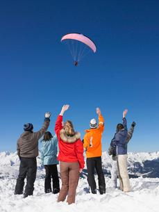 Group waving at parachutistの写真素材 [FYI03485410]