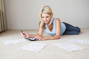 Woman works on home financesの写真素材 [FYI03485591]