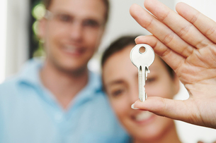 Couple hold key to new propertyの写真素材 [FYI03485595]