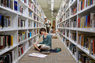 Young Students in a Libraryの写真素材 [FYI03485737]