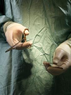 Surgeon with Instrumentsの写真素材 [FYI03485813]