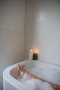Woman Legs in Bathtubの写真素材 [FYI03485904]