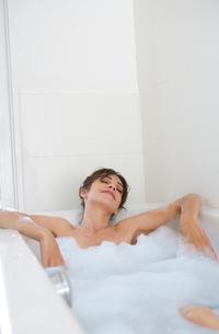 Woman Relaxing in Bubble Bathの写真素材 [FYI03485917]