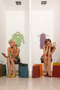 Young Women with Credit Cards and Cashの写真素材 [FYI03486063]