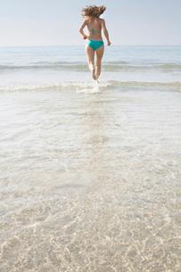 Woman Running into Seaの写真素材 [FYI03486143]