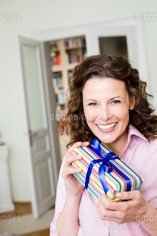 Woman Happy About Her Birthday Presentの写真素材 [FYI03486239]