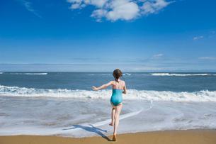 Girl running into the seaの写真素材 [FYI03486417]