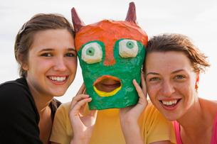 Three girls,one wearing a maskの写真素材 [FYI03486420]