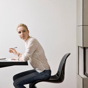 Portrait of a woman doing billsの写真素材 [FYI03486491]