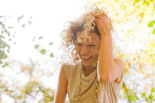 Woman laughing enjoying leisure timeの写真素材 [FYI03487350]