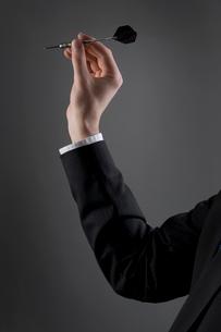 Male holding dartの写真素材 [FYI03487361]