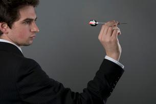 Male holding dartの写真素材 [FYI03487362]