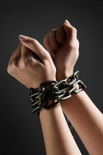Female hands chained togetherの写真素材 [FYI03487367]