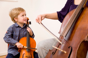 Woman and boy playing Celloの写真素材 [FYI03487925]