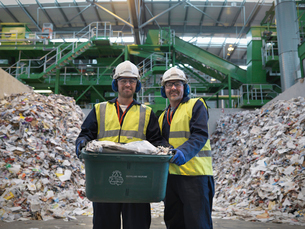 Workers With Waste Recycling Boxの写真素材 [FYI03487972]
