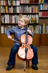 Boy playing Celloの写真素材 [FYI03487991]