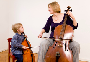 Pregnant woman and boy playing Celloの写真素材 [FYI03487993]