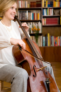Pregnant woman playing Celloの写真素材 [FYI03487994]