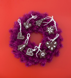 Advent wreath decorated with cookiesの写真素材 [FYI03488023]