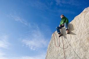 Climber sitting on peakの写真素材 [FYI03488171]