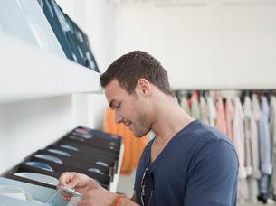 man shopping looking at labelの写真素材 [FYI03488334]