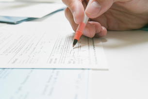 Signing a IRS tax formの写真素材 [FYI03488642]