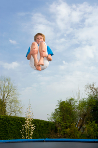 Playing on trampolineの写真素材 [FYI03488700]