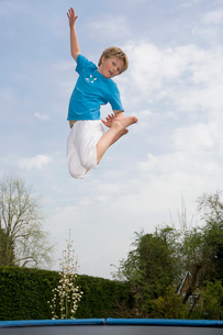 Playing on trampolineの写真素材 [FYI03488701]