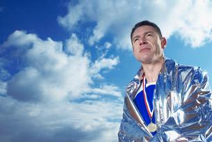 athlete in silver blanketの写真素材 [FYI03488753]