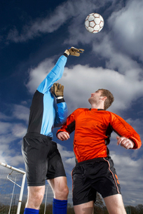 goalkeeper punching ballの写真素材 [FYI03488758]