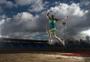 athlete doing long jumpの写真素材 [FYI03488770]