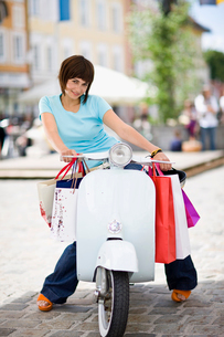 woman with motor scooterの写真素材 [FYI03488908]