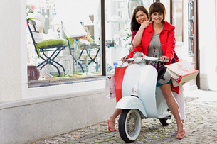 shoppingtour on a motor scooterの写真素材 [FYI03488909]