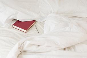 diary tucked under pillowの写真素材 [FYI03488993]
