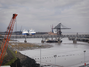 Port With Cranes And Shipsの写真素材 [FYI03489123]