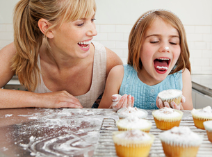 Mum and daughter with cakesの写真素材 [FYI03489421]