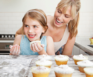 Mum and daughter with cakesの写真素材 [FYI03489428]