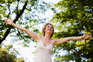 Woman with arms wide openの写真素材 [FYI03489563]