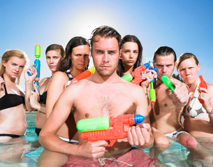 Young people posing with water gunsの写真素材 [FYI03489707]