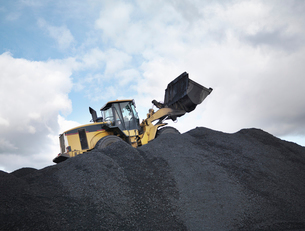 Digger On Pile Of Coal In Mineの写真素材 [FYI03489715]