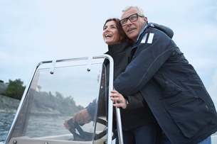 Middle aged couple on motor boatの写真素材 [FYI03489748]
