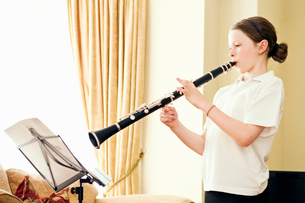 A young girl playing the clarinetの写真素材 [FYI03489793]