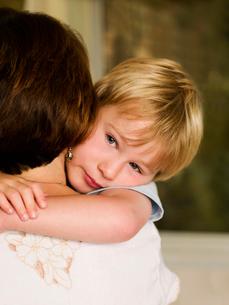 A boy hugging his mumの写真素材 [FYI03489816]